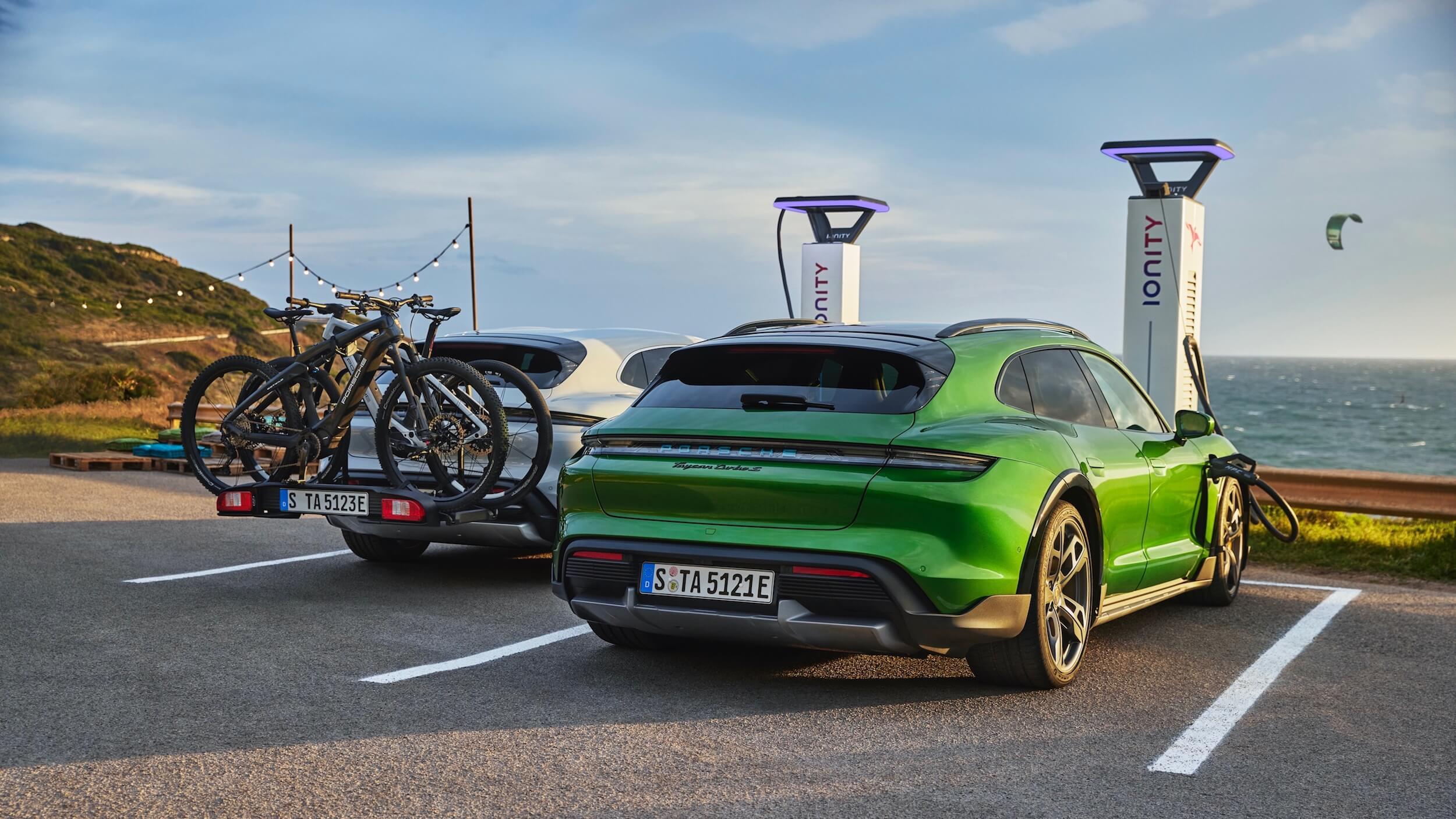 Porsche Taycan 4S Cross Turismo opladen aan Ionity laadpaal