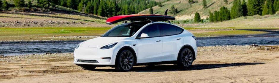 Tesla Model Y surfbord op dak
