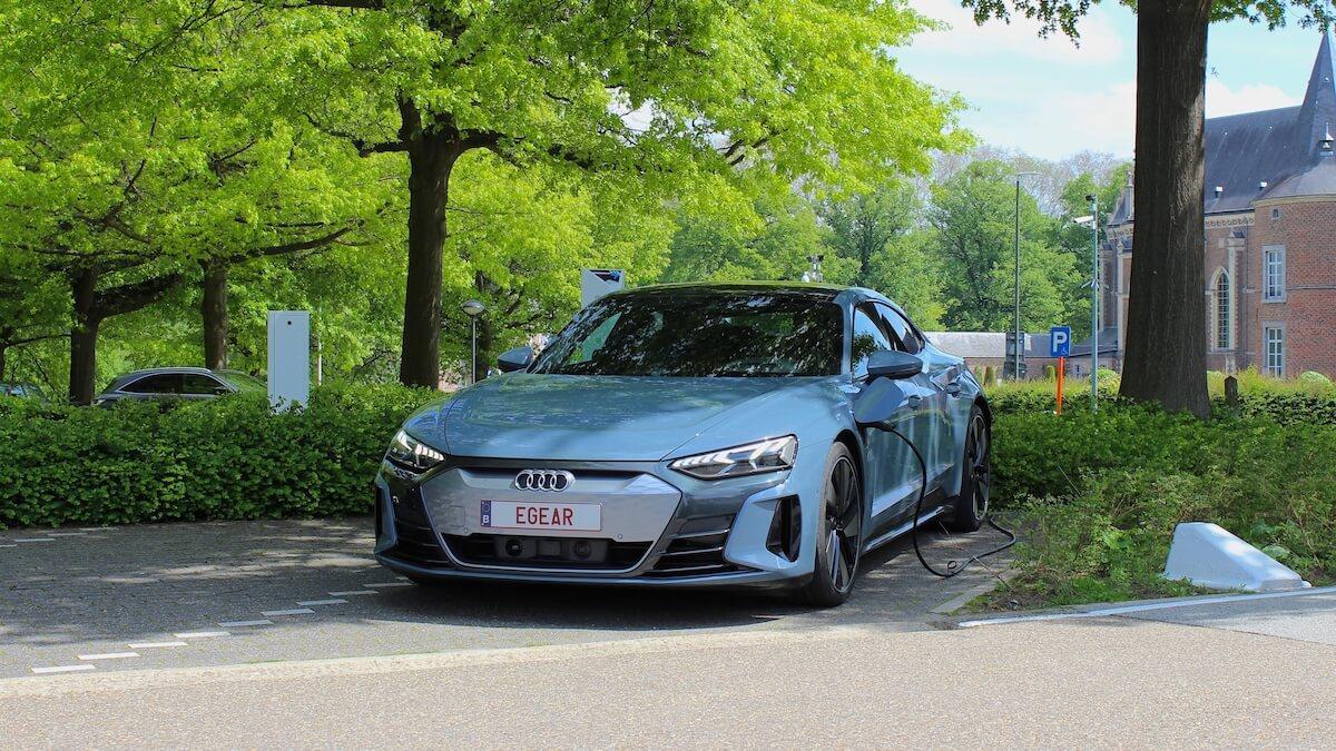 Audi e tron GT quattro aan laadpaal