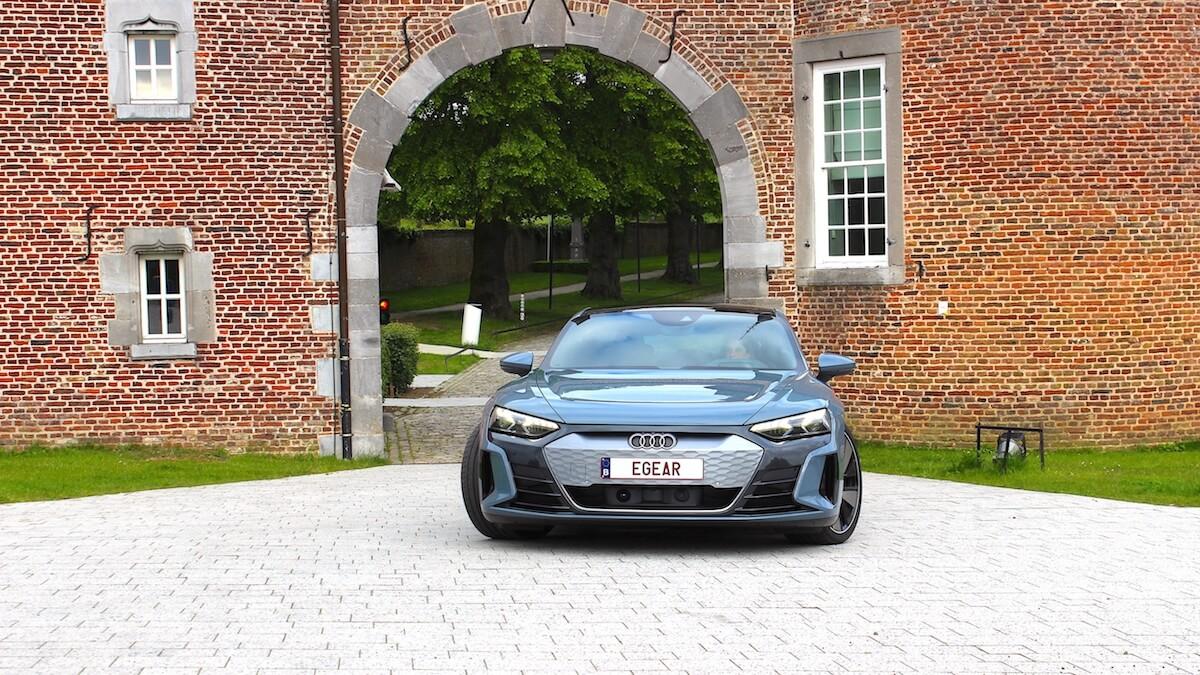 Audi e tron GT voor oude poort