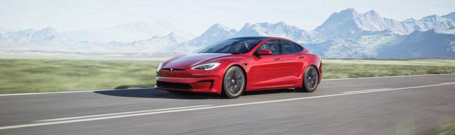Tesla Model S in de bergen