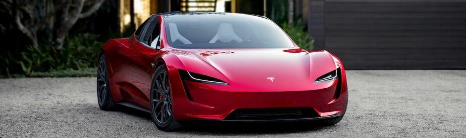 Tesla Roadster voor garagepoort