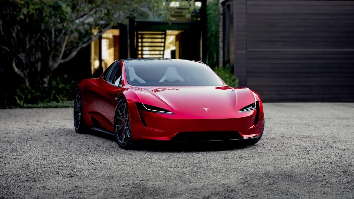 Tesla Roadster voor moderne villa