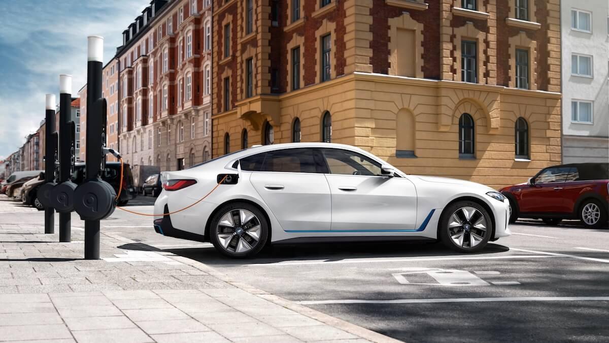 BMW i4 laadpalen