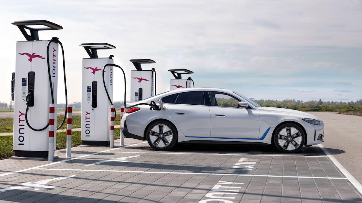 BMW i4 opladen aan snellader