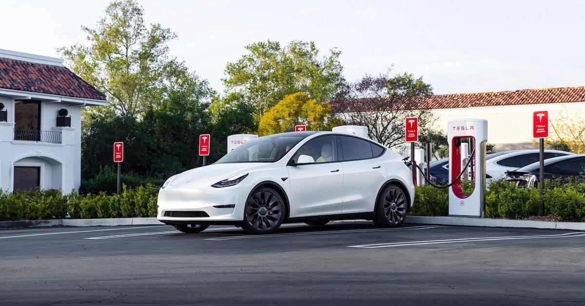 Tesla Model Y aan Supercharger