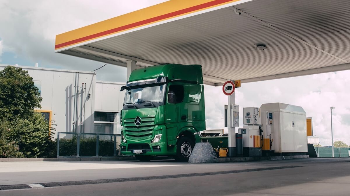 Mercedes vrachtwagen bij Shell tankstation