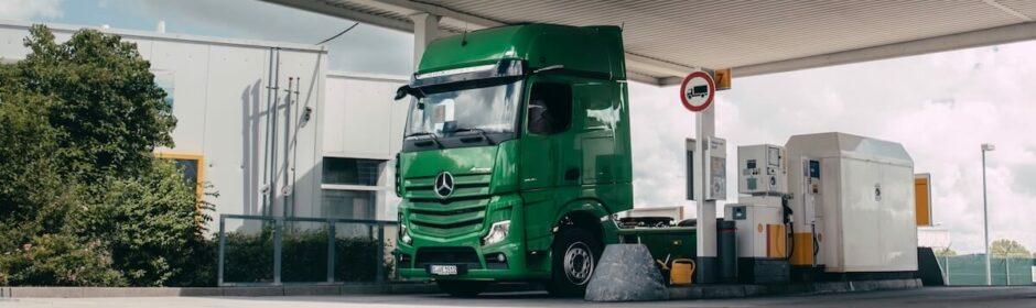 vrachtwagen tankt diesel
